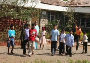 SOS, barn leker i Pune